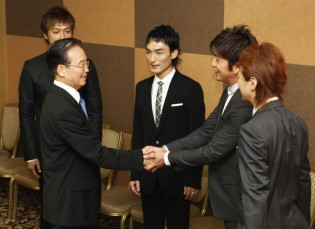 Chinese Premier Wen shakes hands with Kimura of SMAP in Tokyo