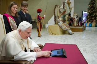 APphoto_Vatican Pope Tweets