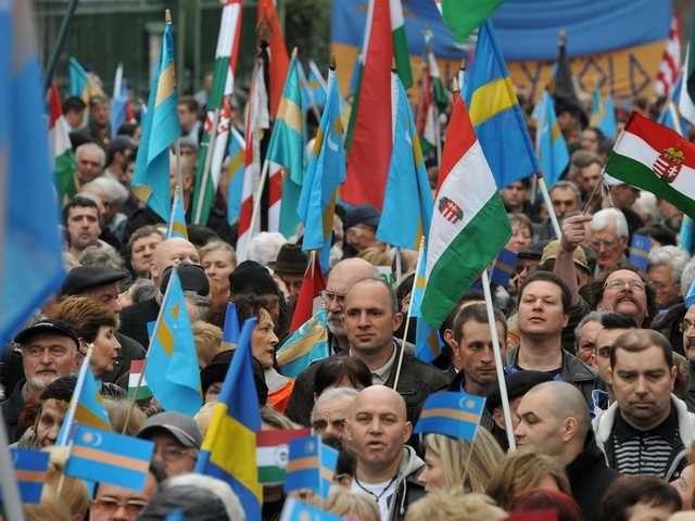 Rumaenische-Ungarn-mit-Fahnen-Ungarns-und-des-Szeklerlandes