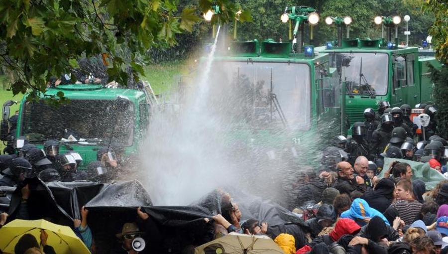 -polizisten-wegen-wasserwerfereinsatz-bei-s21-demo-bestraft-image_900x510