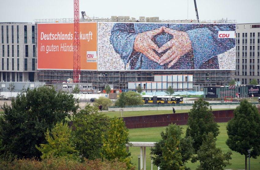 Wahlplakate der CDU mit den Händen von Bundeskanzlerin Angela Merkel (CDU) hängen am 02.09.2013 an einer Fassade in der Nähe des Hauptbahnhofs in Berlin. Am 22. September 2013 werden die Vertreter für den Bundestag gewählt. Foto: Rainer Jensen/dpa +++(c) dpa - Bildfunk+++