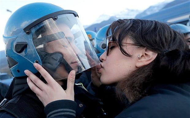 police-kiss_2765048b