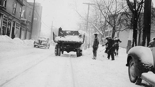 snow-shovelling-on-coburg-road
