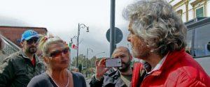 """Grillo a Pompei, dialogo con """"lucciola"""" fuori degli Scavi"""