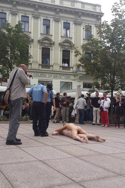 policija-privela-umjetnike-koji-su-setali-goli-centrom-zagreba-400x600-20140936-20140913152514-b47936eda53a4cce6ef55f6290329f9f