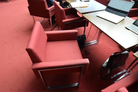 Stuehle-im-Plenarsaal-in-Bremen-2-