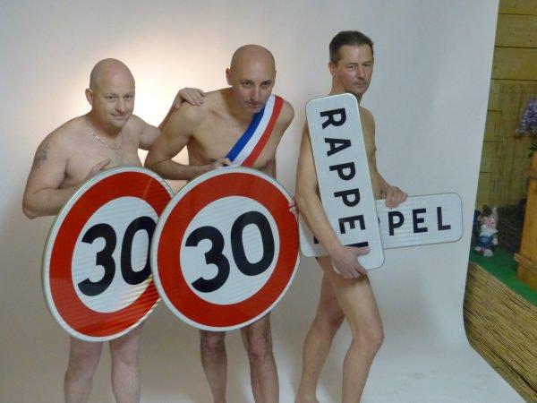 Conseil municipal du Touillon-Loutelet pose nu pour sensibiliser à la sécurité routière