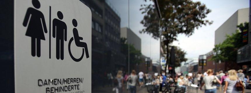 Die Zeichen für eine öffentliche Toilette, fotografiert am 12.05.1.2015 in Köln (Nordrhein-Westfalen). Frauen müssen für die Benutzung dieser Toilettenanlagen 50 Cent zahlen, während Männer gratis das Urinal benutzen dürfen. Foto: Oliver Berg/dpa +++(c) dpa - Bildfunk+++
