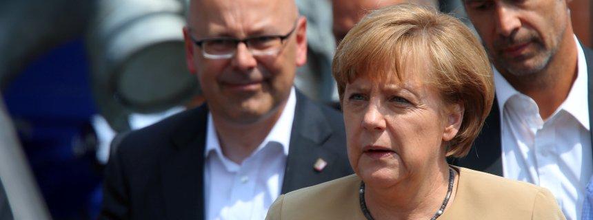 Bundeskanzlerin Angela Merkel (CDU) und Schleswig-Holsteins Ministerpräsident Torsten Albig (SPD, l) informieren sich am 12.06.2013 in Lauenburg (Schleswig-Holstein) über die Hochwasserlage an der Elbe. Die Situation an der Elbe bleibt angespannt. Foto: Jens Büttner/dpa +++(c) dpa - Bildfunk+++