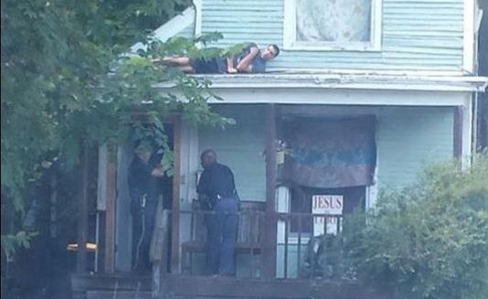 635743599614692108-suspect-on-roof 2