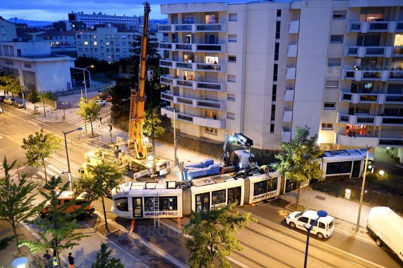 le-tram-accidente-a-ete-tracte-dimanche-soir-photo-frederic-chambert (1)