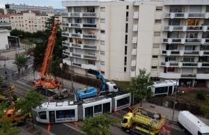 le-tram-accidente-a-ete-tracte-dimanche-soir-photo-frederic-chambert
