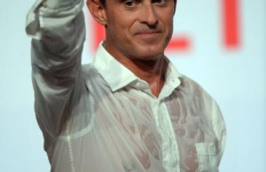 French Prime Minister Manuel Valls gestures after delivering a speech on the closing day of the Socialist Party Summer Congress, in La Rochelle, on August 30, 2015. AFP PHOTO / JEAN-PIERRE MULLER