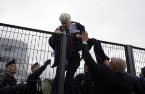 1444045788_air.france.protest.ugly.fence.afp