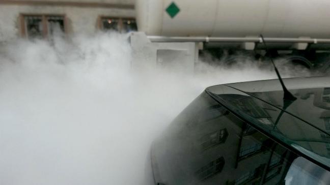 CO2 steigt neben einem Auto auf