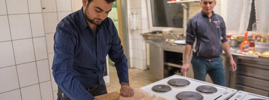 """Der aus Syrien stammende Kawa Suliman (l) bereitet am 17.12.2015 in Zapfendorf (Bayern) syrisches Brot zu. Der 30-jährige syrische Anwalt Suliman bewirtete vor einigen Monaten zusammen mit anderen Asylbewerbern zwei Ausflügler, die nicht wussten, dass der ehemalige Gasthof mittlerweile als Asylunterkunft dient. Foto: Nicolas Armer/dpa (zu dpa/lby """"Asylbewerber bewirtet Ausflügler - Frau zu Tränen gerührt"""" vom 18.12.2015) +++(c) dpa - Bildfunk+++"""