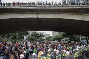 epa05093376 Demonstrators protest against the hike in bus fares in Sao Paulo, Brazil, 08 January 2016.  EPA/SEBASTIAO MOREIRA