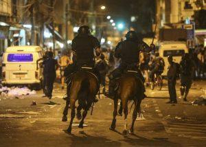 epa05093467 Brazilian policemen confront demonstrators during riots at a protest against the bus fare hike, in Rio de Janeiro, Brazil, 08 January 2016.  EPA/ANTONIO LACERDA