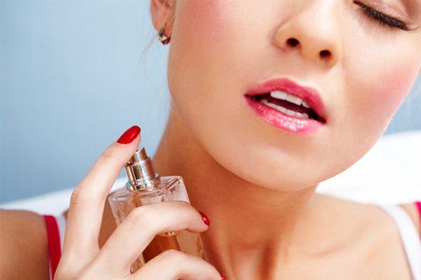 sexy-woman-applying-perfume