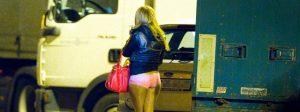 """ARCHIV - Eine osteuropäische Prostituierte wartet am 08.09.2011 auf dem Straßenstrich an der Messe in Frankfurt am Main (Hessen) auf Freier. Foto: Boris Roessler/dpa (zu """"Koalition einigt sich beim Prostitutionsgesetz"""" vom 02.02.2016) +++(c) dpa - Bildfunk+++"""