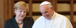 HANDOUT - Bundeskanzlerin Angela Merkel (CDU) und Papst Franziskus aufgenommen nach ihrem Treffen am 18.05.2013 im Vatikan. Foto: Pool / Bundesregierung / Bergmann +++(c) dpa - Bildfunk+++