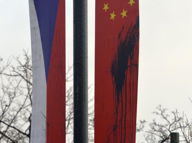 V noci na 26. března někdo tmavou barvou poškodil desítky čínských vlajek, které jsou po Praze rozmístěny v souvislosti s nadcházející návštěvou čínského prezidenta v České republice. Na zemi našli policisté poházená vyfouknutá vajíčka, která byla naplněna modrou a šedivou barvou. Někdo je pak zřejmě házel na vlajky, které jsou rozmístěny ve výšce na sloupech veřejného osvětlení.