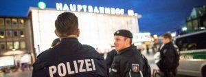 ARCHIV- Polizisten stehen am 06.01.2016 in Köln (Nordrhein-Westfalen) vor dem Hauptbahnhof. Nach den sexuellen Übergriffen auf Frauen in der Silvesternacht verstärkt die Polizei die Präsenz am Hauptbahnhof. Die Sitzung des Innenausschusses des Landtages NRW beschäftigt sich am Donnerstag mit den Übergriffen in der Silvesternacht in Köln.   Foto: Maja Hitij/dpa +++(c) dpa - Bildfunk+++