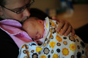 Paternal_bonding_between_father_and_newborn_daughter