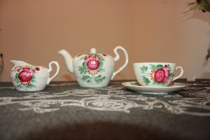 Tea_set_in_the_style_of_East_Frisia,_Lower_Saxony,_Germany_-_20070408