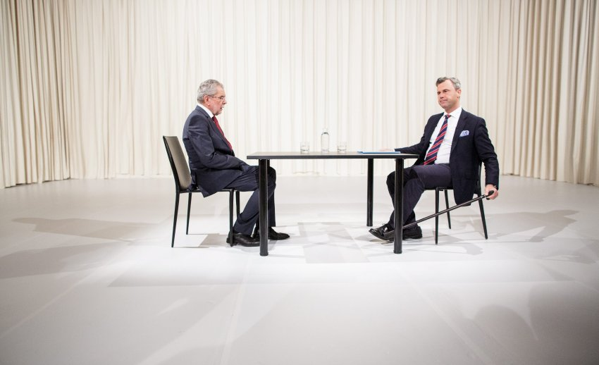 epa05308497 Austrian right wing Freedom Party (FPOe) top candidate Norbert Hofer (R) and top candidate Alexander Van der Bellen, supported by The Greens, sit opposite each other ahead of a television debate in Vienna, Austria, 15 May, 2016. The presidential run-off vote will take place on 22 May 2016. EPA/LISI NIESNER +++(c) dpa - Bildfunk+++
