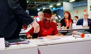 Nach dem Angriff mit einer Sahnetorte sitzt die Fraktionsvorsitzende der Partei Die Linke im Bundestag, Sahra Wagenknecht am 28.05.2016 beim Bundesparteitag der Partei Die Linke in Magdeburg (Sachsen-Anhalt) auf ihrem Platz. Auf dem zweitägigen Parteitag will die Linke ihren weiteren Kurs abstecken. Foto: Hendrik Schmidt/dpa +++(c) dpa - Bildfunk+++