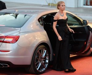 Scarlett-Johansson-arrives-on-the-red-carpet