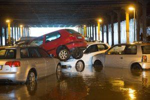 Nach starken Regenfällen sind parkende Autos am 27.07.2016 im Gleim-Tunnel in Berlin ineinander und übereinander geschoben worden. Foto: Jörg Carstensen/dpa +++(c) dpa - Bildfunk+++