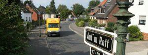 ARCHIV- Die Straße «Auf'm Rott» in Düsseldorf (Nordrhein-Westfalen), aufgenommen am 21.07.2016. Die Stadt Düsseldorf hat einigen Bürgern eine Straßendecke aus dem Jahr 1937 in Rechnung gestellt. Das Verwaltungsgericht nimmt sich nun der Sache an. Foto:David Young/dpa (zu dpa/lnw «Düsseldorfer wollen nicht für «Hitler-Asphalt» zahlen - Gericht muss entscheiden» vom 28.7.2016) +++(c) dpa - Bildfunk+++