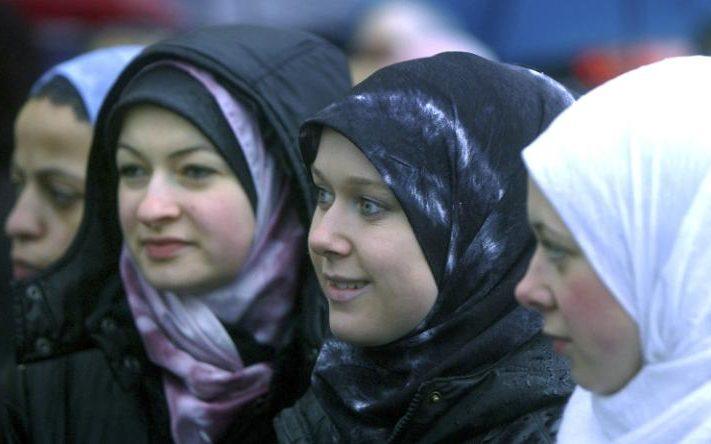 105256651_gdttrr_hijab_protest-large_transqposx0g_3iqufiq5in5gs8njtzlyjtkxaherg8txp5g