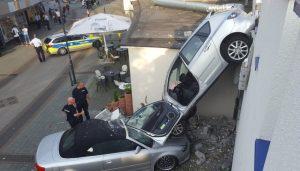 """Beim Rangieren in einem Parkhaus in Bottrop (Nordrhein-Westfalen) hat eine 80-Jährige am 05.09.2016 mit ihrem Auto die Außenwand durchbrochen. Sie landete mit der Front drei Meter tiefer auf einem anderen geparkten Auto, wie die Polizei berichtete. Beide Fahrzeuge wurden erheblich beschädigt, die alte Dame wurde nicht verletzt. Foto:News-Report-NRW/Daniel Knopp dpa (zu dpa """"80-Jährige fährt durch Parkhaus-Mauer - unverletzt"""" vom 05.09.2016) +++(c) dpa - Bildfunk+++"""