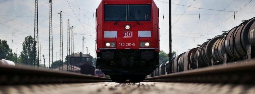 ARCHIV - Ein mit «Flüsterbremsen» ausgerüsteter Güterzug steht am 16.07.2014 in Köln (Nordrhein-Westfalen) auf einem Gleis.  Foto: Oliver Berg/dpa (zu dpa «Deutsche Bahn - Jahreszahlen» vom 16.03.2016) +++(c) dpa - Bildfunk+++   Verwendung weltweit
