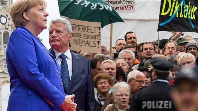 merkel-und-gauck-von-demonstranten-uebel-beschimpft-haut-ab-story-532568_630x356px_b166b8a717056f58f5dcfd4444f7f9f1__merkel-pegida_2-s1260_jpg