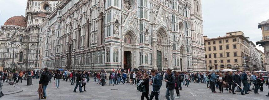 Florenz THEMENBILD - Die Kathedrale Santa Maria del Fiore (italienisch Cattedrale di Santa Maria del Fiore) in Florenz ist die Bischofskirche des Erzbistums Florenz und somit Metropolitankirche der Kirchenprovinz Florenz. Ihre gewaltige weltbekannte Kuppel, das Hauptwerk Brunelleschis, gilt als technische Meisterleistung der fruehen Renaissance. Hier im Bild Westfassade ist ein Anbau aus dem spaeten 19. Jahrhundert, der den gotischen Stil des Langhauses imitiert und die Gestaltung in dreifarbigem Marmor aufgreift. Sie wurde nach einem Entwurf von Emilio de Fabris 1887 vollendet. Aufgenommen am 18. Oktober 2015 // SThe Cattedrale di Santa Maria del Fiore (English, Cathedral of Saint Mary of the Flower ) is the main church of Florence, Italy. Il Duomo di Firenze, as it is ordinarily called, was begun in 1296 in the Gothic style to the design of Arnolfo di Cambio and completed structurally PUBLICATIONxNOTxINxAUT EX_GROFlorence Theme image the Cathedral Santa Mary Del Fiore Italian Cathedral Tue Santa Mary Del Fiore in Florence is the Episcopal Church the Archbishopric Florence and thus Metropolitan Church the Ecclesiastical province Florence theirs Huge world famous Dome the Main plant  is as technical Feat the early Renaissance here in Picture West facade is a Cultivation out the late 19 Century the the Gothic Style the Long-house imitated and the Design in  Marble picks up Them was after a Draft from Emilio de FABRIS 1887 completed Date at 18 October 2015 sthe Cathedral Tue Santa Mary Del Fiore English Cathedral of Saint Mary of The Flower IS The Main Church of Florence Italy Il Duomo Tue Firenze As IT IS  called what Begun in 1296 in The Gothic Style to The Design of Arnolfo Tue Cambio and completed structurally PUBLICATIONxNOTxINxAUT EX_GRO