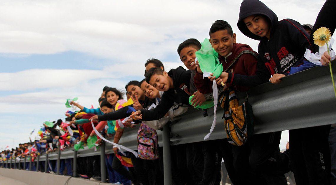 墨西哥邊境示威組成人牆抗議侵牆