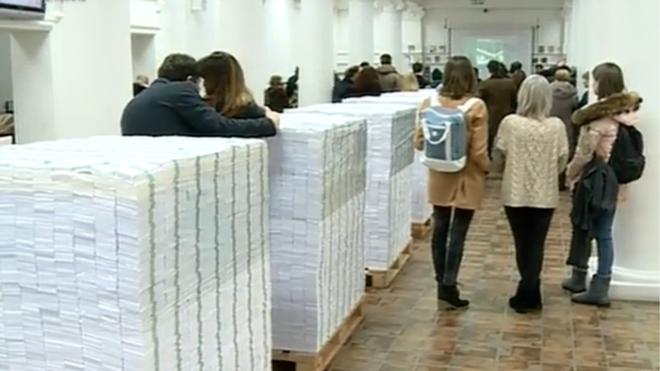 東歐藝術家模擬10億美元現金貪污有幾大夠錢 重達8噸