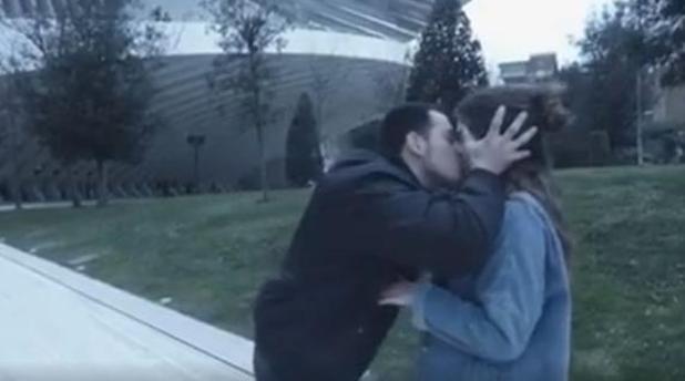 西班牙 youtuber 玩強吻路人 玩出火惹官非
