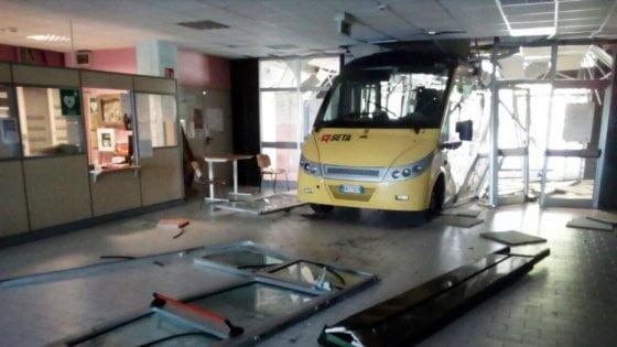 義少年偷巴士撞學校被捕