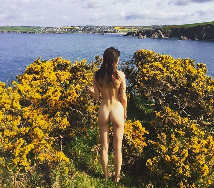 最新背多芬挑戰:裸體係美景前留影