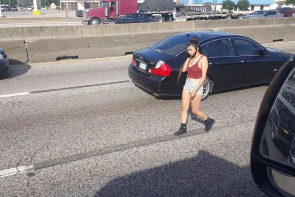 美女被發現係公路行走