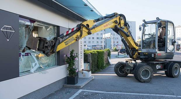 奧地利劫案出動剷泥車嚇親人