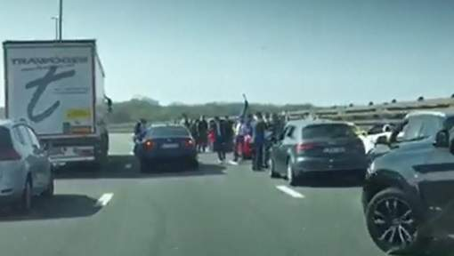 北非婚禮大花車 惹比利時警察頭痕