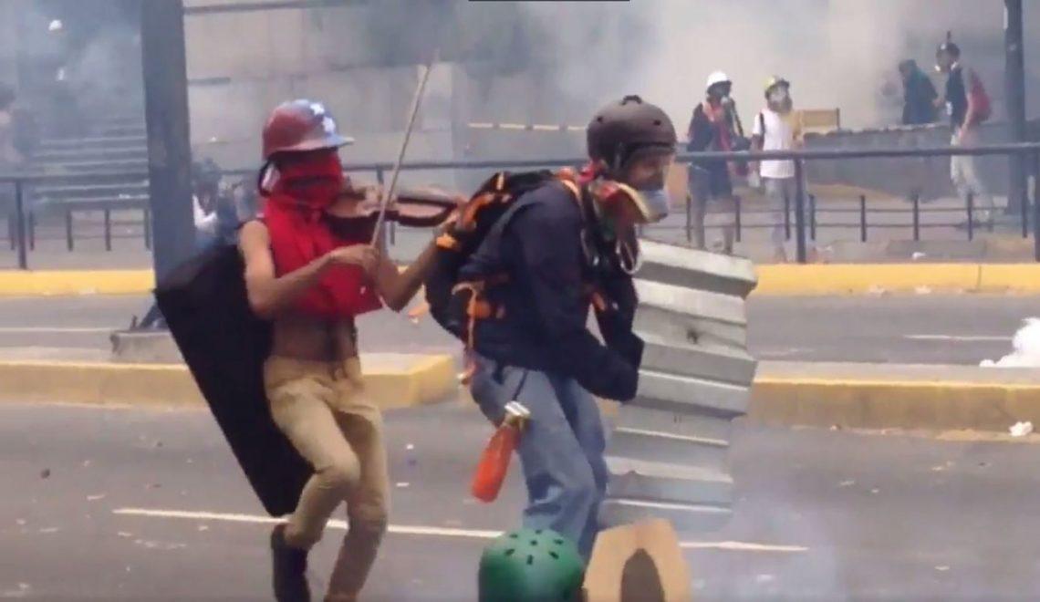 委內瑞拉警察損毀著名示威者嘅小提琴
