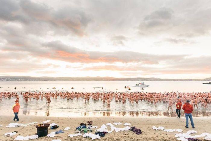 澳洲冬季裸泳太多人 毛巾都唔夠?