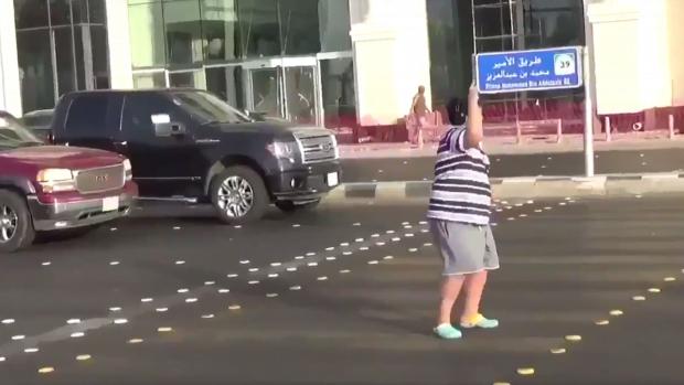 沙地少男街上跳舞都被警察以「擾亂公安」被捕
